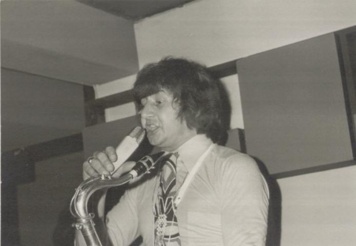 Johnny D optreden Tienderbal in de kelder van Den Tref